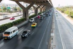 BANGKOK TAILANDIA - 2 DE MARZO DE 2014: Coches rápidos en el camino de Vibhavadi Rangsit de la autopista, Bangkok, Tailandia Foto de archivo