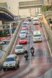 Bangkok, Tailandia - 8 de marzo de 2017: Conducción de automóviles abajo del t Imágenes de archivo libres de regalías
