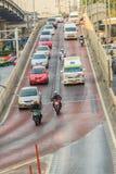 Bangkok, Tailandia - 8 de marzo de 2017: Conducción de automóviles abajo del t Fotografía de archivo