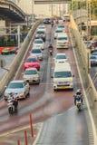 Bangkok, Tailandia - 8 de marzo de 2017: Conducción de automóviles abajo del t Foto de archivo