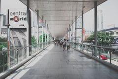 bangkok Tailandia - 10 de marzo de 2017: el paso de arriba del túnel que lleva al centro comercial Imágenes de archivo libres de regalías