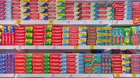 BANGKOK, TAILANDIA - 24 DE MARZO: El superstore adicional de BigC almacena completamente diversos tipos de goma de diente de Colg fotos de archivo
