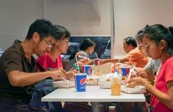 BANGKOK, TAILANDIA - 10 DE MARZO: La taza de papel de la soda de coronel Sander asiste en un contador en un restaurante de los al fotografía de archivo libre de regalías