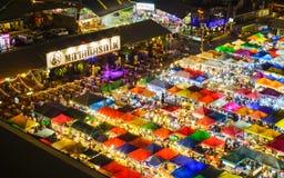 Bangkok, TAILANDIA - 18 de marzo de 2017: Mercado Ratchada de la noche del tren Fotos de archivo libres de regalías