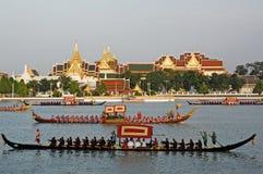 BANGKOK, TAILANDIA 5 DE MAYO: Desfiles adornados de la gabarra en el Chao PHR Imágenes de archivo libres de regalías