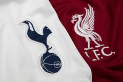 BANGKOK, TAILANDIA - 11 DE MAYO: El logotipo de Tottenham Hotspur y de Liverpool en los jers?is en mayo 11,2019 del f?tbol Har?n  foto de archivo