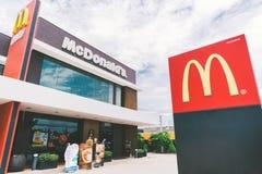 Bangkok, Tailandia - 24 de mayo de 2018: El logotipo y el exterior del ` s de McDonald en 24 horas abren la rama, escena del tiem Imágenes de archivo libres de regalías