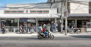 BANGKOK, TAILANDIA - 22 DE MAYO: El taxi de dos ruedas innomado de la vespa de motor proporciona servicio del transporte público  fotografía de archivo libre de regalías