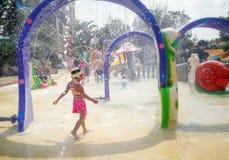 BANGKOK, TAILANDIA - 11 DE MAYO: Las huéspedes innomadas se refrescan apagado del calor en parque del agua de la laguna de la fan fotos de archivo libres de regalías