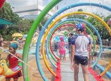 BANGKOK, TAILANDIA - 12 DE MAYO: Las hu?spedes innomadas se refrescan apagado del calor en parque del agua de la laguna de la fan foto de archivo libre de regalías