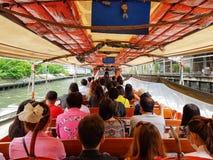 BANGKOK, TAILANDIA - 1 DE MAYO DE 2018: Mucha gente va a trabajar o a viajar en barco El barco es uno de transporte público en Ta imagen de archivo libre de regalías