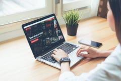 Bangkok, Tailandia - 8 de mayo de 2018: Netflix app en la pantalla del ordenador portátil Netflix es un servicio principal intern fotos de archivo libres de regalías