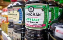 BANGKOK, TAILANDIA - 27 DE MAYO DE 2019: Opci?n de menos salsa de soja de la sal por Kikkoman en existencia en el estante de un s imágenes de archivo libres de regalías