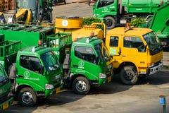 BANGKOK, TAILANDIA - 11 DE NOVIEMBRE DE 2014: Fila de los camiones de basura encendido Imágenes de archivo libres de regalías