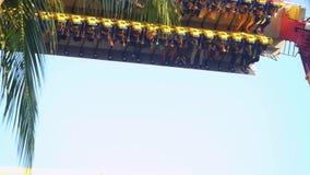 Bangkok, Tailandia 24 de noviembre de 2015 La máquina de sacudida en el mundo ideal es una del parque de atracciones famoso del ` metrajes
