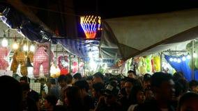 BANGKOK, TAILANDIA - 14 DE NOVIEMBRE DE 2016: Mucha gente en el mercado de la noche en el festival Bangkok, Tailandia de Loy Krat