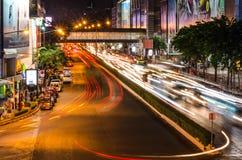 Bangkok, Tailandia - 7 de noviembre de 2015: Tráfico en Thanon Phaya Th Imagenes de archivo