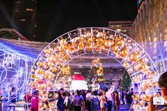 BANGKOK, TAILANDIA - 21 DE NOVIEMBRE DE 2017: Feliz Navidad y feliz Imagen de archivo