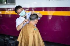 BANGKOK, TAILANDIA 1 DE NOVIEMBRE DE 2018: Los peluqueros voluntarios dan libremente fotografía de archivo