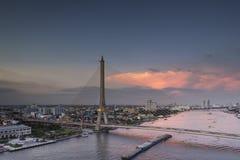Bangkok, Tailandia 16 de noviembre, puente de Rama VIII en el crepúsculo en Bangkok Fotos de archivo