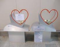 BANGKOK, TAILANDIA - 18 DE OCTUBRE DE 2013: cajas para la donación caritativa con el dinero en el pasillo del aeropuerto Don Muan Fotografía de archivo