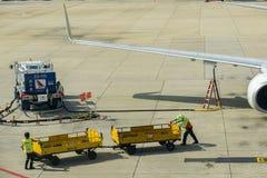 Bangkok, Tailandia - 29 de octubre de 2015: Los equipos de tierra están trabajando en el terminal de Don Mueang Internation Airpo Fotografía de archivo libre de regalías