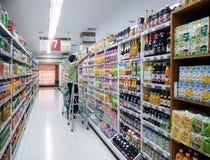 BANGKOK, TAILANDIA - 14 DE OCTUBRE: El empleado no identificado del supermercado organiza y almacena el pasillo 7 en el supermerc foto de archivo