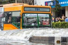 BANGKOK, TAILANDIA - 14 DE OCTUBRE: El inundar en el distrito de Daeng del dinar fotografía de archivo