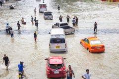 BANGKOK, TAILANDIA - 14 DE OCTUBRE: El inundar en el distrito de Daeng del dinar foto de archivo libre de regalías