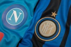 BANGKOK TAILANDIA - 18 DE OCTUBRE: El logotipo del fútbol inter de Milán y de Napol aporrea en un jersey oficial en octubre 18,20 Fotografía de archivo libre de regalías