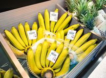 BANGKOK, TAILANDIA - 22 DE OCTUBRE: El supermercado de Foodland vende los manojos al por menor de plátanos maduros en Victoria Ga imagen de archivo libre de regalías