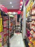 BANGKOK, TAILANDIA - 10 DE OCTUBRE: Mujer no identificada que adorna adentro Fotos de archivo libres de regalías