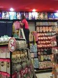 BANGKOK, TAILANDIA - 10 DE OCTUBRE: Mujer no identificada que adorna adentro Imágenes de archivo libres de regalías