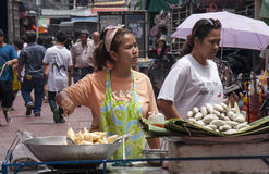BANGKOK, TAILANDIA - de sept. el 17: Un vendedor ambulante en Chinatown en S Foto de archivo libre de regalías