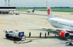 BANGKOK TAILANDIA 1 DE SEPTIEMBRE: Combustible del repuesto de los trabajadores al avión en Septembe Imagen de archivo libre de regalías