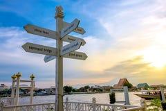BANGKOK, TAILANDIA - 17 de septiembre de 2016: Firme la puesta del sol del polo y del cielo en el paseo del río de Yodpiman en Ba Foto de archivo