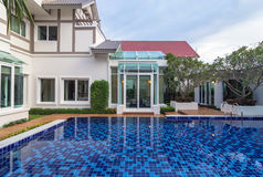BANGKOK, TAILANDIA - 23 DE SEPTIEMBRE: Exterior de la arquitectura del regente Rachapruk- Ratanathibet de Prukpirom de la casa de Imagenes de archivo
