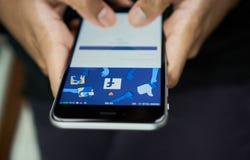 Bangkok, Tailandia - 6 de septiembre de 2017: la mano está presionando la pantalla de Facebook en la manzana iphone6, los medios  Foto de archivo