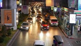 BANGKOK, TAILANDIA - 18 DICEMBRE 2018: Automobili in un ingorgo stradale sulla strada della città asiatica sovrappopolata di capi archivi video