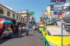 BANGKOK, TAILANDIA - 21 dicembre 2017: I viaggiatori con zaino e sacco a pelo ed i turisti camminano sulla strada di Khao San a B Immagine Stock