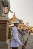 BANGKOK, TAILANDIA - 24 DICEMBRE: Il grande palazzo a Bangkok, Tailandia il 24 dicembre 2014 La guardia reale non identificata è  Fotografie Stock Libere da Diritti