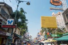 BANGKOK, TAILANDIA - 23 dicembre 2017: Insegne sulla parete della casa Khao San Road Immagine Stock Libera da Diritti