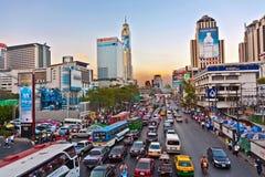 Strada principale a Bangkok in ingorgo stradale di pomeriggio Fotografia Stock Libera da Diritti