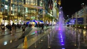 Bangkok Tailandia: 12 dicembre 2018: Lasso di tempo di luce notturna al centro commerciale di Siam Paragon Shopping vicino alla s archivi video