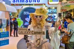 La mascotte della ragazza di Samsung per promuovere la galassia di Samsung è venuto fotografia stock libera da diritti