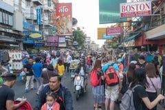 BANGKOK, TAILANDIA - 21 dicembre 2017: Strada di Khaosan di mattina La strada di Khao San è hotel bassi famosi di un bilancio e l Fotografia Stock