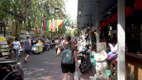 BANGKOK, TAILANDIA - 21 dicembre 2017: Strada di Rambuttri alla notte, una via popolare dell'alimento vicino alla strada di Khaos stock footage