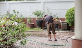 Bangkok, Tailandia - 5 dicembre 2016: Uomo che pulisce la Florida di messa a terra Fotografie Stock