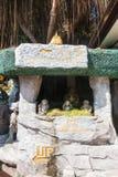BANGKOK, TAILANDIA - 21 dicembre 2017: Wat Saket Tre scimmie saggie davanti al supporto dorato Entranc Immagini Stock