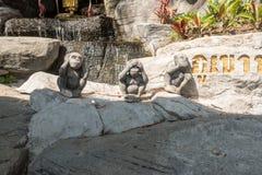 BANGKOK, TAILANDIA - 21 dicembre 2017: Wat Saket Tre scimmie saggie davanti al supporto dorato Entranc Fotografie Stock Libere da Diritti